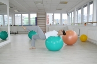 Exercising abdomen and center of the body on the gym ball